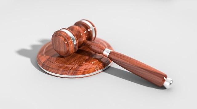 gavel-law-court-rules-pixabay-qimono