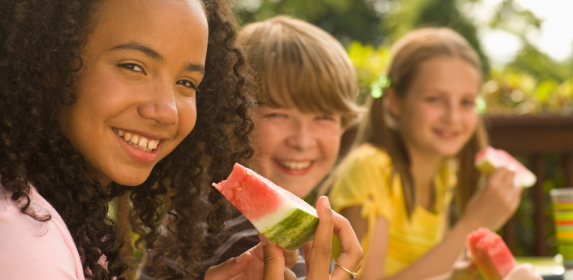 Kids-eating-summer-children-friends-outside-healthy-canva photo-can reuse
