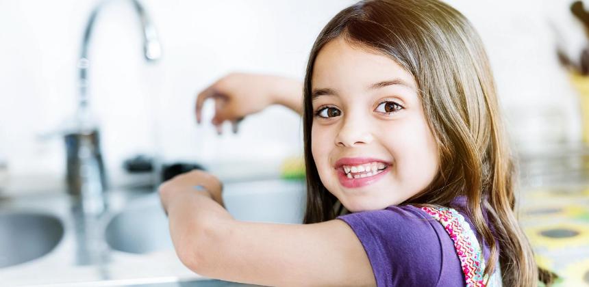 kid-daughter-girl-washing hands-clean-hygiene-covid-coronavirus-can reuse-canva photo
