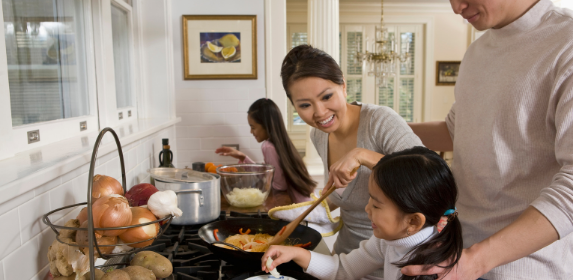 Family-dinner-meal-cooking-mealtime